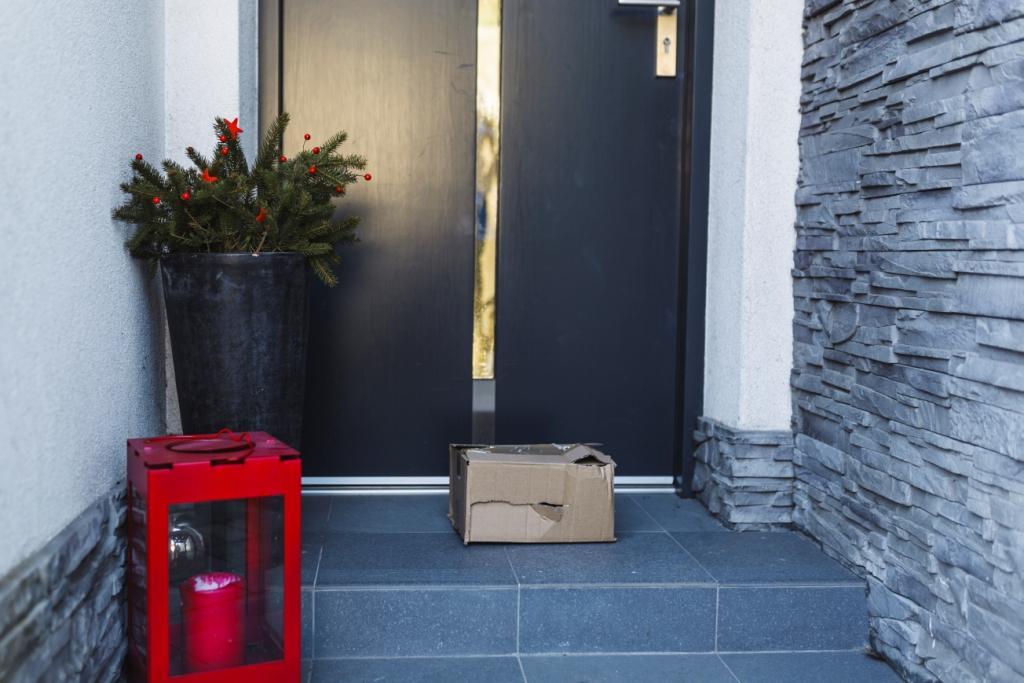 paczka leżąca przed drzwiami frontowymi