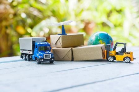 Zabawkowe samochody iwózek widłowy transportują paczki