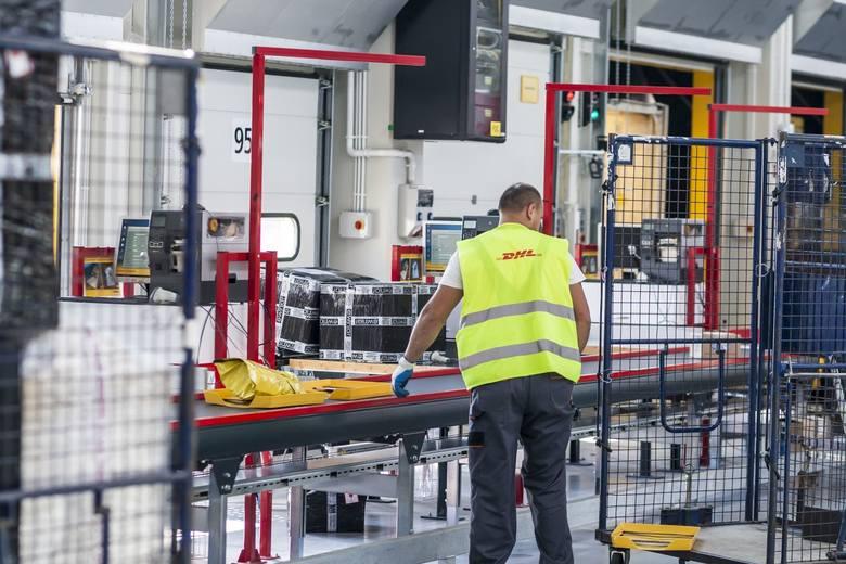 Magazyn DHL - paczki są weryfikowane podwzględem zgodności wymiarów iwagi