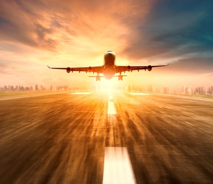 samolot startuje z lotniska