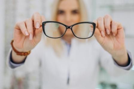 Farmaceutka trzymajaca okulary